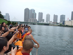 川に流す儀式